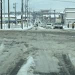 積雪で路面は超シャーベット 轍が深く走行は難儀する