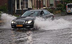 ゲリラ豪雨に遭遇、その時どうすれば?